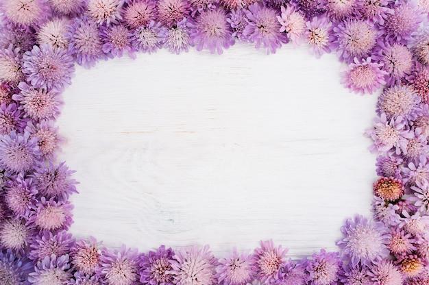 Quadro com flores roxas em branco
