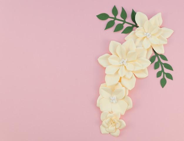 Quadro com flores sobre fundo rosa