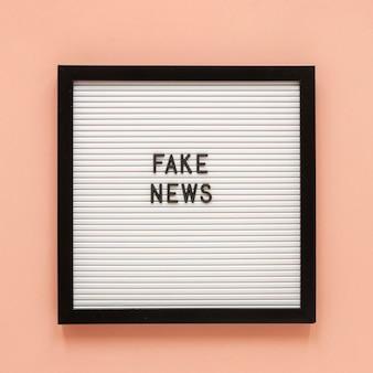 Quadro com mensagem de notícias falsas