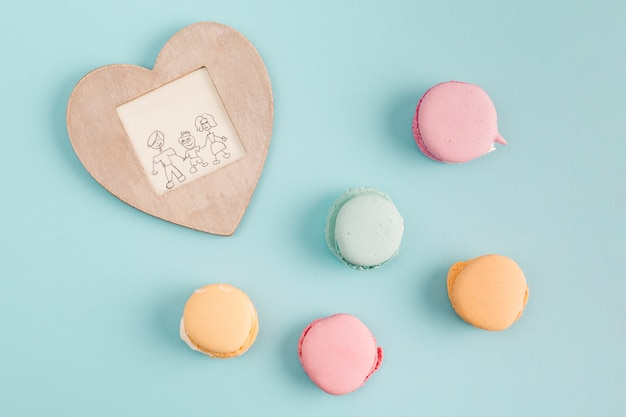 Quadro com pintura perto de biscoitos doces