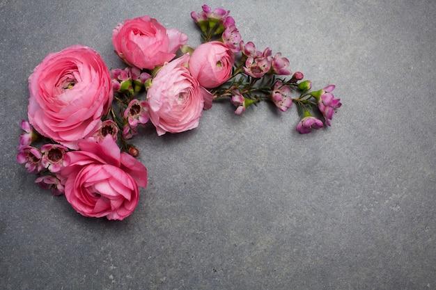 Quadro com ranúnculo rosa e vermelho