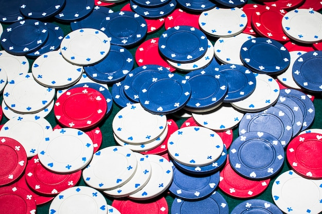 Quadro completo de branco; fichas de cassino azul e vermelho