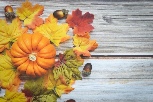 Quadro de ação de graças decoração de folhas de outono festiva em madeira, cenário de mesa de outono com abóboras de férias