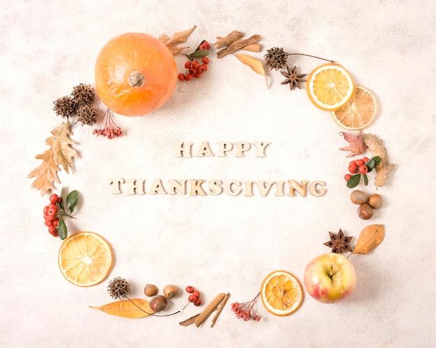 Quadro de ação de graças feliz com frutas cítricas e folhas de outono