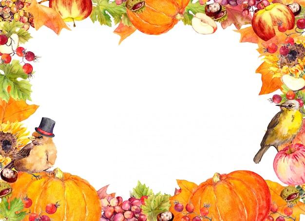 Quadro de ação de graças - pássaros, frutas e legumes - abóbora, maçã, uva, nozes, bagas com folhas de outono, flores. fronteira de aquarela para obrigado dando dia em branco, cartão