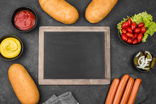 Quadro de alimentos de vista superior com quadro-negro