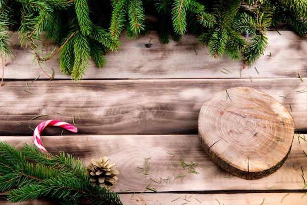 Quadro de árvore de abeto de natal em madeira natural com doces e corte de madeira redondo.