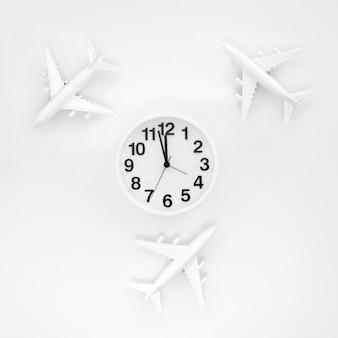 Quadro de aviões e relógio