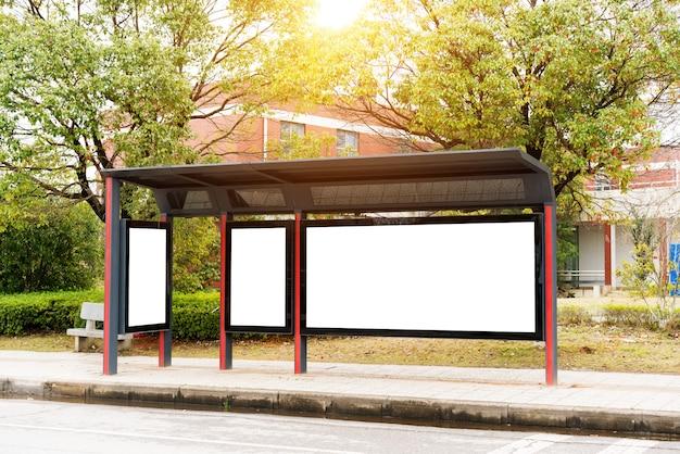 Quadro de avisos, banner, vazio, branco em uma parada de ônibus