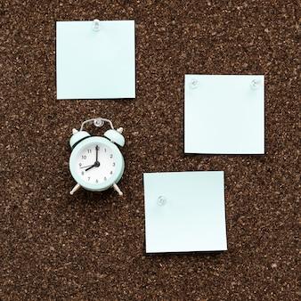 Quadro de avisos com adesivos vazios para planos e relógio para controle de tempo