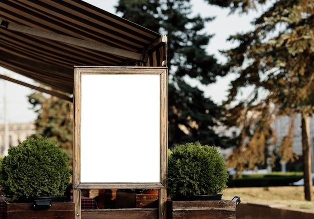Quadro de avisos de publicidade em branco tabuleta com espaço de simulação para anúncios mockup para publicidade