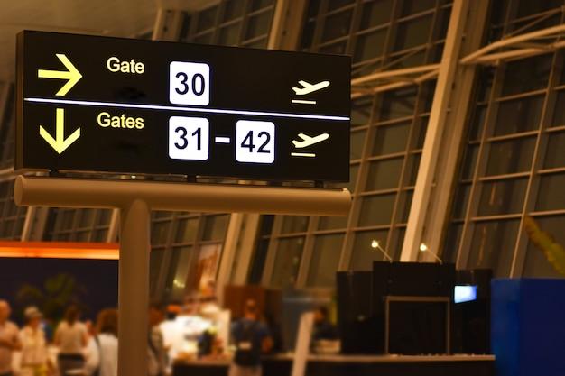 Quadro de avisos digital com sinais de gateway de aeroporto