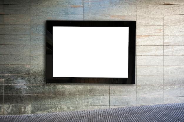 Quadro de avisos em branco na parede cinza