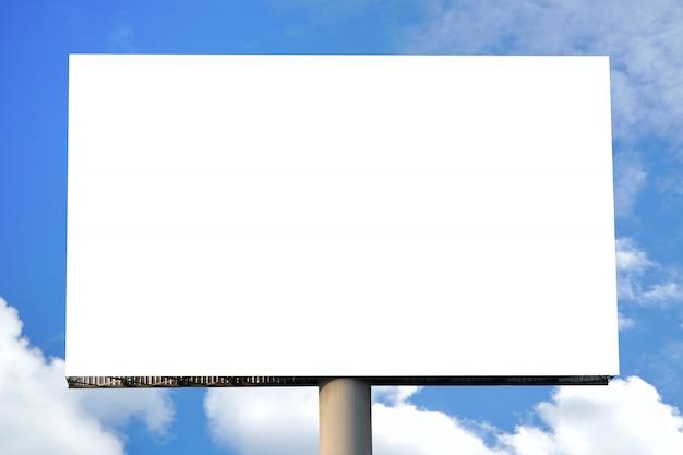 Quadro de avisos vazio com tela vazia e céu nebuloso bonito para o cartaz da propaganda exterior.