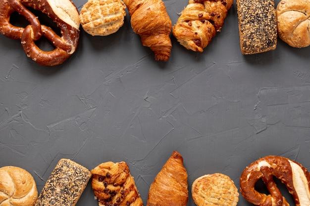 Quadro de bagels e croissants com espaço de cópia