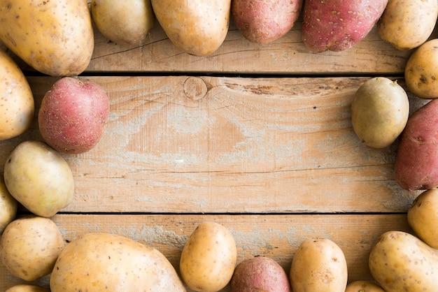 Quadro de batatas cruas com espaço de cópia