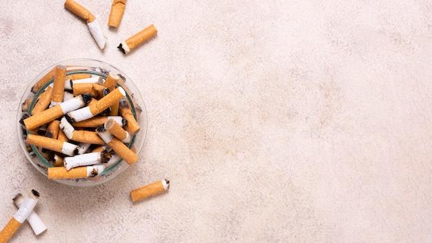 Quadro de bitucas de cigarro com cópia-espaço