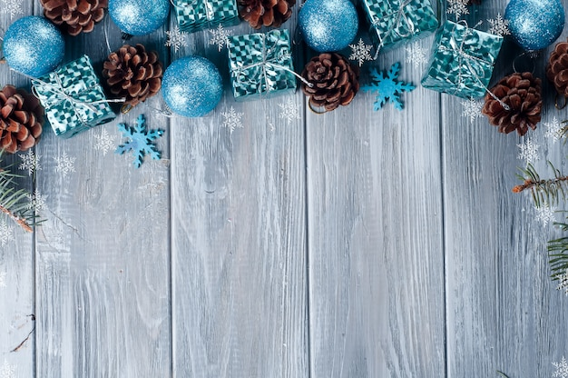 Quadro de brinquedos e cones de natal azul