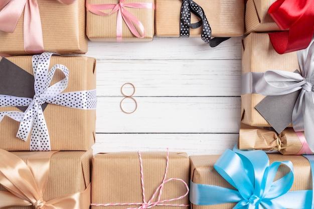 Quadro de caixas de presente com fita e arcos em um fundo branco, cópia espaço