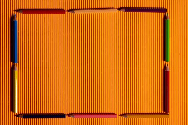 Quadro de caneta de cor em fundo laranja.