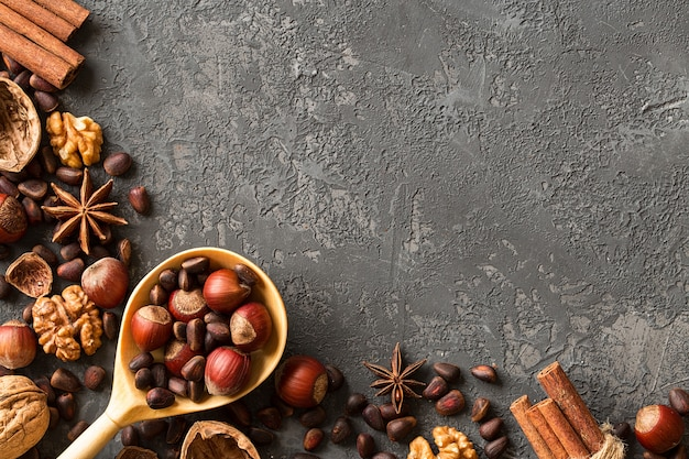 Quadro de castanhas sortidas sobre concreto escuro
