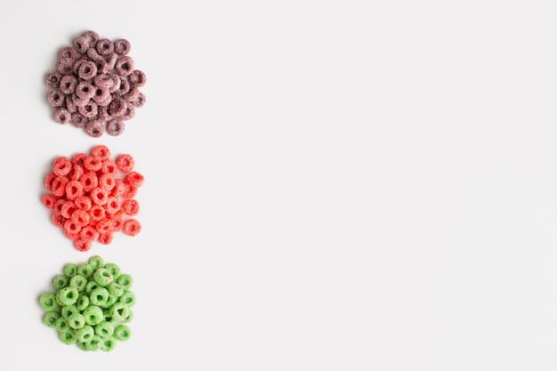 Quadro de cereais coloridos de vista superior com espaço de cópia