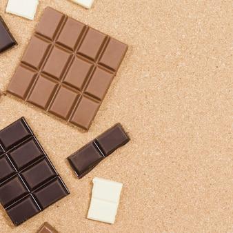 Quadro de chocolate vista superior em fundo laranja
