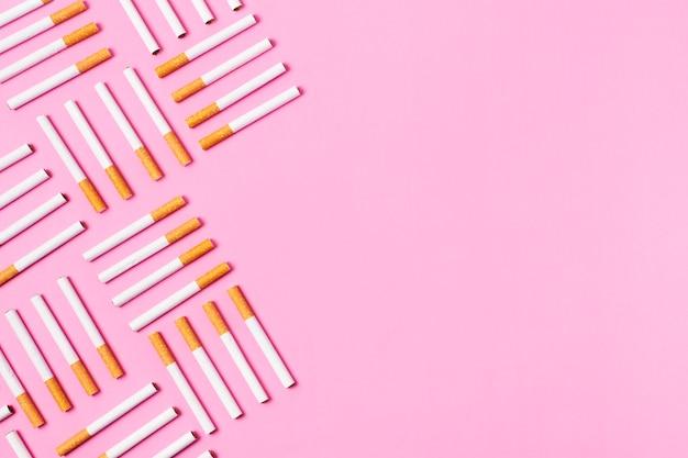 Quadro de cigarros em fundo rosa