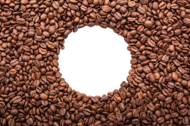 Quadro de círculo de grãos de café torrados isolado no branco pode usar como plano de fundo ou textura