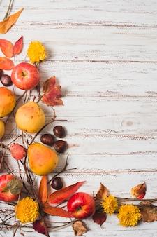 Quadro de colheita de outono em fundo de madeira