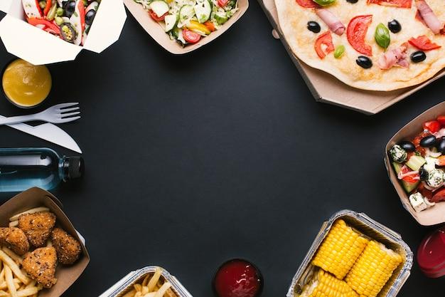 Quadro de comida circular com pizza, salada e milho