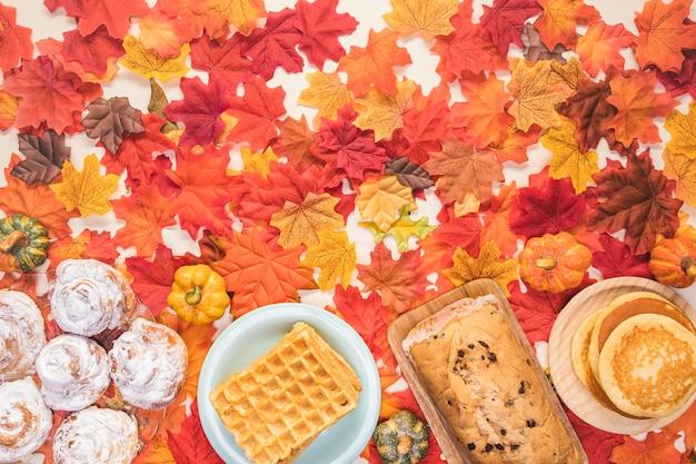 Quadro de comida plana leigos no fundo de folhas