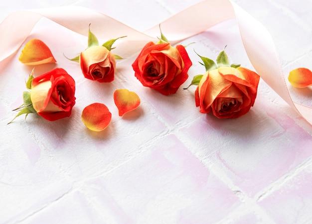 Quadro de composição de flores feito de rosas vermelhas e pétalas