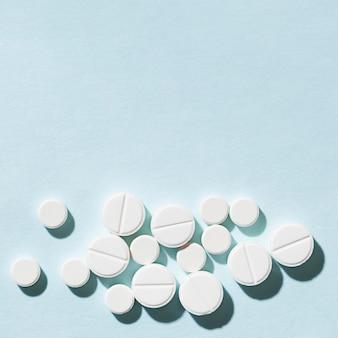 Quadro de comprimidos plana leigos com cópia-espaço