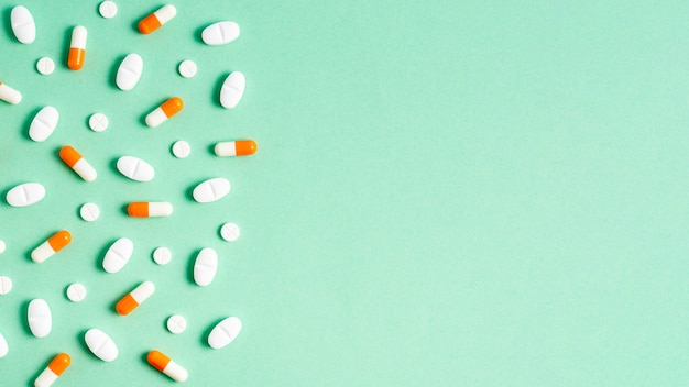 Quadro de comprimidos plana leigos sobre fundo verde