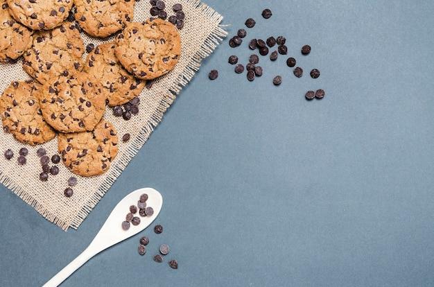 Quadro de cookies plana leigos com colher e cópia-espaço
