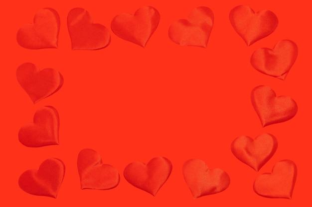 Quadro de corações sobre fundo vermelho.
