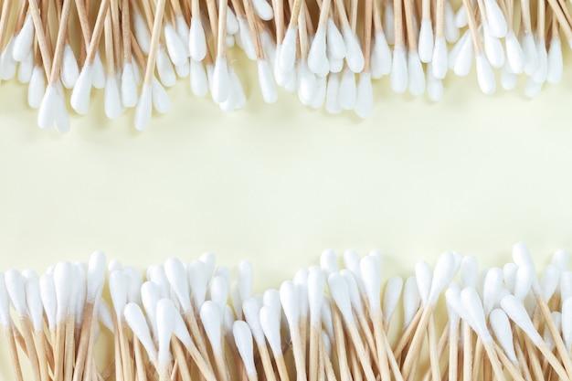 Quadro de cotonetes de bambu orgânico, vista superior na superfície bege com espaço de cópia