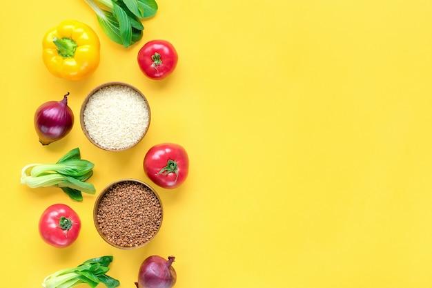 Quadro de diferentes alimentos saudáveis na mesa amarela