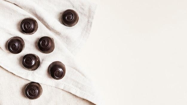 Quadro de doces de chocolate de vista superior com cópia-espaço