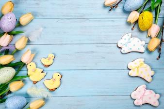 Quadro de doces para celebrar a Páscoa. Pão de mel em forma de coelhinho da páscoa,