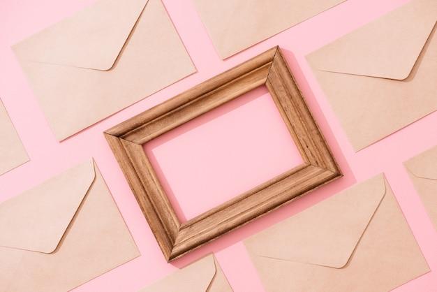 Quadro de envelopes e cartão postal na vista superior da mesa-de-rosa.