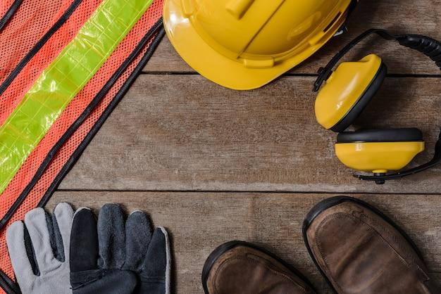 Quadro de equipamento de segurança de construção padrão na mesa de madeira.