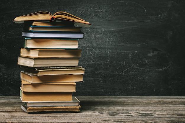Quadro de escola com pilha de livros