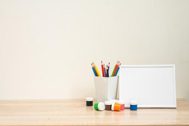 Quadro de escola de estudante simulado com material de escritório colorido de volta às aulas