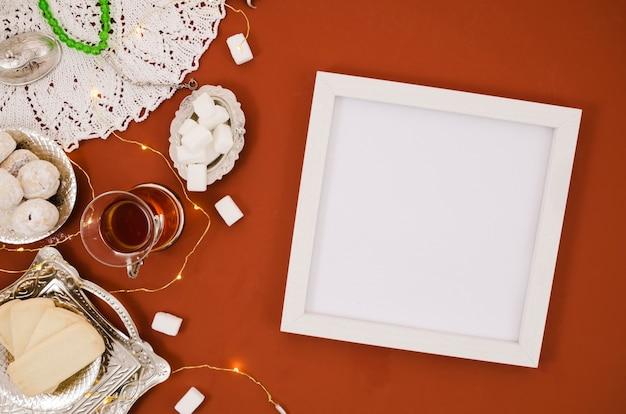 Quadro de espaço branco cópia ao lado de elementos árabes