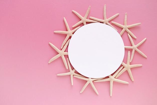 Quadro de estrelas do mar em uma mesa rosa