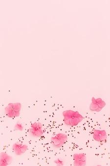 Quadro de férias de flores cor de rosa e confetes glitter dourados