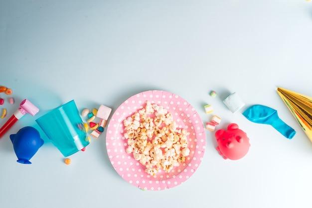 Quadro de férias ou plano de fundo com balão colorido, presente, confete, estrela de prata, tampa de carnaval e serpentina