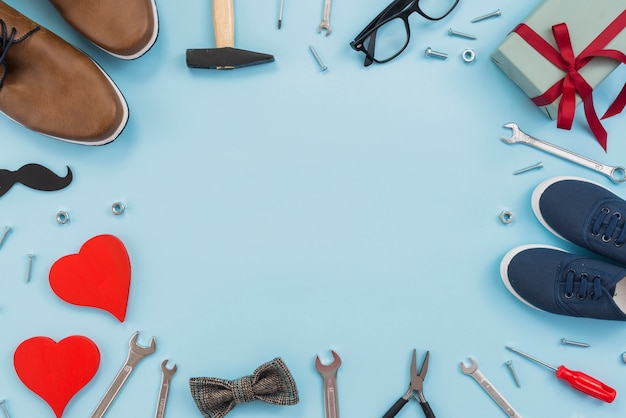 Quadro de ferramentas, caixa de presente e sapatos de homem